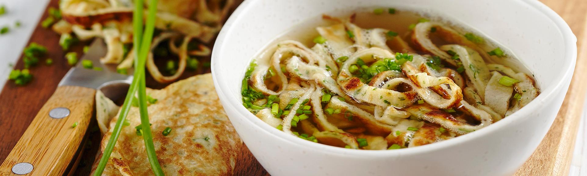 Header zum Rezept Kräuterflädle Suppe mit Schnittlauch