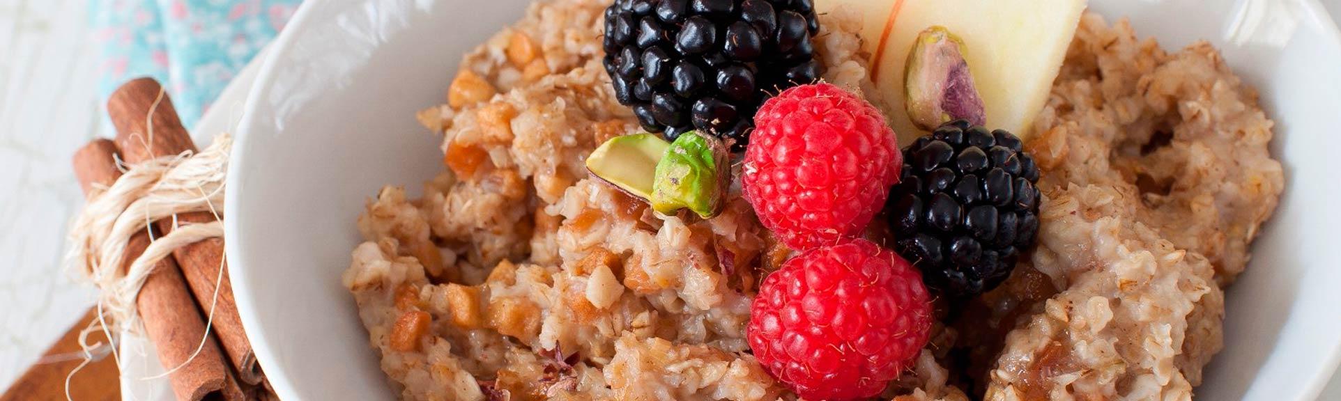 Headerabbildung zum Rezept Porridge mit Äpfeln und Beeren.