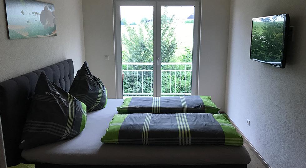 Schlafzimmer einer Ferienwohnung auf dem Bauernhof von Familie Müller